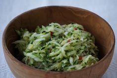 En underbar Zucchinisallad som smakar fantastiskt fräscht, bara att njuta! Ännu ett härligt Paleo recept i Paleoskafferiet här Under vårt tak.