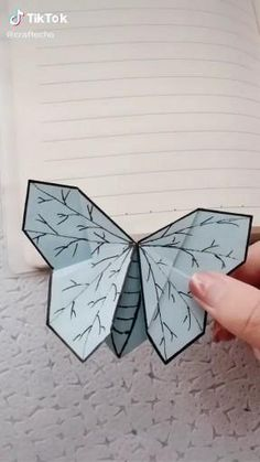 Paper Butterfly Crafts, Cool Paper Crafts, Paper Crafts Origami, Diy Paper, Paper Art, Paper Butterflies, Origami Butterfly, Butterfly Art, Flower Crafts
