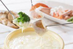 Elas são fáceis e combinam demais com o inverno: receitas de fondue de queijo simples, sofisticada e para um casal