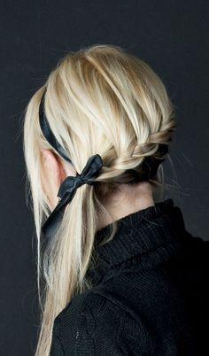 haare-flechten zu einem zopf-frisur ideen mit schwarzem-haarband styling