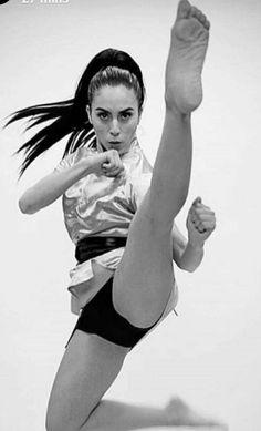 Kung Fu Martial Arts, Martial Arts Women, Marshal Arts, Karate Kick, Female Martial Artists, Black And White Girl, Martial Arts Techniques, Mma Boxing, Olympic Gymnastics
