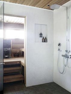 Korkealle asennetut suihkut antavat suihkuttelijalle sademaisen kasteen. Kiukaan molemmin puolin on asennettu pitkät, Kanadan jättiläistuijasta valmistetut lauteet. Ne löytyivät Lumilauteen mallistosta. Laundry In Bathroom, House Bathroom, Modern Saunas, Warehouse Living, Shower Room, Sauna Design, Master Bath Shower, Bathroom Inspiration, Spa Rooms