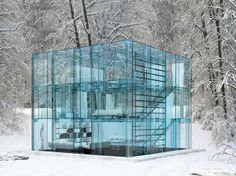 Maison transparente au milieu du bois