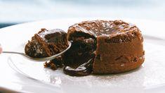 Esta maravillosa torta tiene el corazón derretido en chocolate.