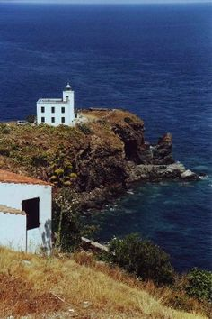 Renate Konrad hält Italien sowohl mit ihrer Kamera als auch mit Worten fest. In ihrer Buchreihe Immer wieder Italien erzählt sie von ihren Reiseerlebnissen in den verschiedensten italienischen Regionen. So hat sie die Inseln Elba und Capraia erlebt:  Von Elba dachten wir immer, es sei für unseren Geschmack zu touristisch. Und zu langweilig, denn wir sind keine reinen Strandmenschen. So ließen wir Elba lange links liegen. Bis wir mal irgendwo eine Reliefkarte hängen sahen. Die fanden wir…
