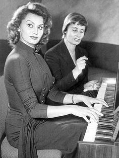 Sophia Loren and her mother, Romilda Classic Actresses, Hollywood Actresses, World Most Beautiful Woman, Beautiful Women, Sophia Loren Images, Gina Lollobrigida, Italian Beauty, Marilyn Monroe Photos, Cinema
