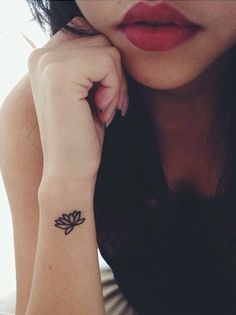 tatuaje pequeño en la nuca, flor de loto, mujer, tatuaje femenino, bello