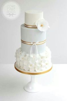 Chic white and gold wedding cake