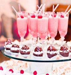 Delicious ♥pink milkshakes Comida Para Baby Shower, Wedding Food Bars, Pink Desserts, Party Desserts, Tout Rose, Pink Drinks, Pink Cocktails, Fancy Drinks, Pink Parties