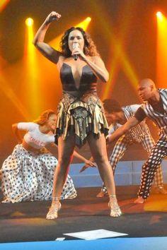 Daniela Mercury aparece com superdecote durante show na Bahia Daniela Mercury, Show, Wonder Woman, Superhero, Character, Women, Style, Poster, Brazil