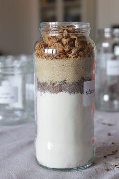 Ultimate gli strati con l'ultimo ingrediente: il mousli.  Saranno sufficienti 50 gr di cereali per ultimare la confezione.  A questo punto il vostro barattolo è concluso.  Ora passiamo al packaging, ovvero al confezionamento finale.