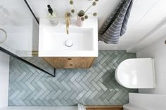Længe inden parret gik ind i et nyt badeværelse, vidste de, at de & Tiny Bathrooms, Upstairs Bathrooms, Bathroom Design Small, Bathroom Interior Design, Small Bathroom Ideas, Garderobe Design, Walk In Shower Designs, Small Toilet, Wet Rooms