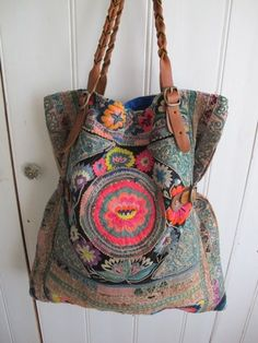 Multi color tote bag in boho style. The cloth used is amazing! Mode Hippie, Hippie Chic, Hippie Style, Bohemian Style, Boho Chic, My Style, Bohemian Bag, Bohemian Fabric, Ibiza Style