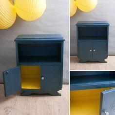 Amédée, le plus lumineux des chevets ! Chevet 2 portes avec niche. Entièrement relooké. Bois peint bleu irisé et intérieur jaune vif. En vente sur www.du-joli-dans-mon-logis.fr