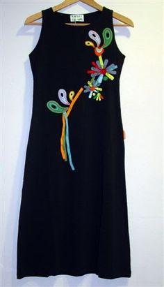 Este vestido de MAMATAYOE  tambien viene con su bolso a juego, el precio del vestido es 42,90 €  y el del bolso 31 €.  Precioso!!        Áng... Stylish Dress Designs, Stylish Dresses, Casual Dresses, Fashion Dresses, Kurti Embroidery Design, Embroidery Fashion, Diy Clothes, Clothes For Women, Embroidered Clothes