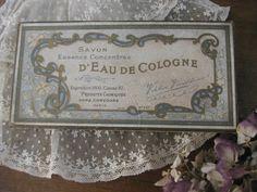 [ Antique French VICTOR VAISSIER SAVONBOX 1900's ]    パリの蚤の市で出会ったフランスのパフュームリーVICTOR VAISSIERのSAVONボックスです。1900年代の石鹸の入っていたお箱でベージュに淡いブルーとゴールドのシックなデザインが素敵です。蓋の裏側にはラベル、蓋内側の内面の縁にはレースが貼られています。