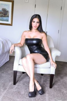 Sexy Pornostar Sunny Leone - Click of FreeOnes