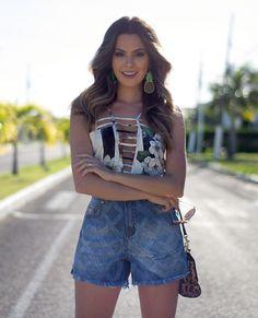 A fashion blogger Renata Uchoa com look total Carmen Steffens, destaque para o shorts jeans e blusa estampada.