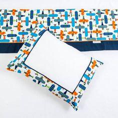 Jogo de lençol Avião Composição - 100% algodão (percal 200 fios com vira em tricoline). 3 peças: - 1 lençol de elástico - 1 lençol com vira - 1 fronha Medidas aproximadas: - lençol de elástico 1,0 m x 1,65 m - lençol com vira 1,05 m x 1,70 m - fronha 30 cm x 38 cm Serve tanto para colchão padrão (0,60 x 1,30) quanto para padrão americano (0,68x1,35) ** as fotos podem apresentar uma leve variação na cor real dos produtos. R$ 149,00