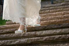 Auch die Schuhe einer Braut gehören zum gesamten Arrangement dazu. Und oft versuche ich Details auch während der Aktion zu erwischen. Hier geht die Braut gerade die Treppe hinunter, um mit mir das Fotoshooting zu machen. #hochzeitsfotograf #hochzeitsfotografsalzburg #hochzeitsfotografie #taulightmedia #hochzeit #wedding #weddingphotographer #weddingphotography #austria #salzburg #hellbrunn #schlosshellbrunn #justmarried #weddingday #ourwedding #perfectwedding Salzburg, Lace Skirt, Skirts, Candid Photography, Action, Wedding Photography, Stairway, Photo Shoot, Bridle Dress