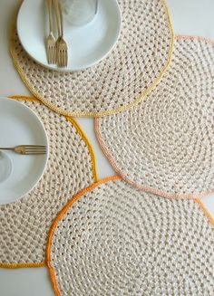 Whit's Knits: Granny Circle Placemats - Knitting Crochet Sewing Crafts Patterns and Ideas! - the purl bee Diy Tricot Crochet, Crochet Gratis, Crochet Motifs, Crochet Doilies, Free Crochet, Crochet Patterns, Crochet Round, Purl Bee, Crochet Kitchen