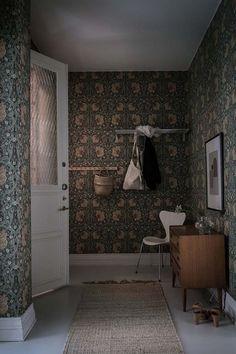 Gravity Home: Scandinavian Apartment William Morris Tapet, William Morris Wallpaper, Morris Wallpapers, Interior Wallpaper, Home Wallpaper, Cottage Wallpaper, Gravity Home, Scandinavian Apartment, Entry Hallway