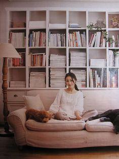 新居にお引っ越しのお客様から雅姫さんの本棚みたいな家具を~♪ とのご希望でオーダーの本棚をご注文いただきました。  雅姫さんの家具はアンティークだと...
