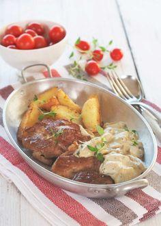 Svinekoteletter trenger ikke være en kjedelig hverdagsmiddag. Med soppsaus, tomatsalat og potetbåter blir det rene festmaten.