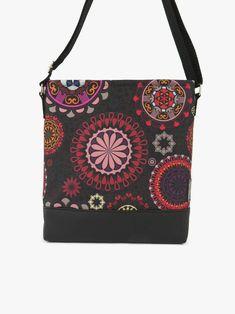 c44571bbf4c8 Fekete alapon színes mandalák díszítik ezt a szép kis táskát. A ragyogó  színekben pompázó mandalák