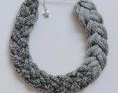 Maria : collier tressé tricotiné en laine bicolore gris : Collier par yogurt-con-bullas sur ALittleMarket