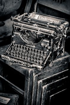 Vintage typewriter, bet lots of young people have never even seen one. Black White Photos, Black And White Photography, Old Photos, Vintage Photos, Antique Typewriter, Vintage Typewriters, Vintage Industrial, Alter, Abandoned