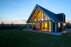 Cabin Design, Beach House, Interior Decorating, House Styles, Home Decor, Houses, Plants, Beach Houses, Cottage Design