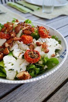 Efter min mening er salat ikke bare noget, der skal på tallerkenen for at pynte og få det hele til at se sundt ud; salaten skal være spændende, velsmagende og indbydende. Det her er en salat, der opfylder mine kriterier; blomkålen og feldsalaten er enormt dekorativ, tomaterne er anderledes o