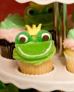 Love these frog cupcakes! A Frog prince! Frog Cupcakes, Yummy Cupcakes, Cupcake Party, Cupcake Cookies, Frog Birthday Party, 5th Birthday, Birthday Ideas, Cake Recipes, Dessert Recipes
