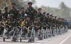 Soldati cingalesi feriti in guerra durante la parata militare per ricordare il quinto anniversario della vittoria del governo sui ribelli delle Tigri Tamil, a Matara, Sri Lanka (AP Photo/Eranga Jayawardena). Domenica 18 maggio - Il Post