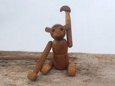 Wood Zoo Line (Zooline) Style Monkey - Articulating Monkey Figurine in Style of Kay Bojesen door MostlyMidModern op Etsy https://www.etsy.com/nl/listing/234386555/wood-zoo-line-zooline-style-monkey