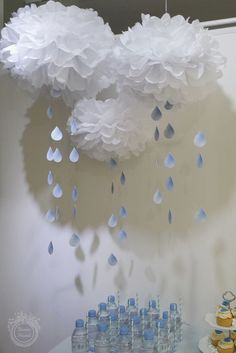 The amusing Ba Shower Decoration With Vases And Balloons With With Regard To Baby Shower Raindrops picture below, is section More View! Idee Baby Shower, Shower Bebe, Diy Shower, Shower Party, Baby Shower Parties, Baby Shower Themes, Baby Shower Gifts, Shower Ideas, Cloud Baby Shower Theme