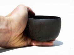 Le grès Yunomi thé bol noir sculpté conception vague