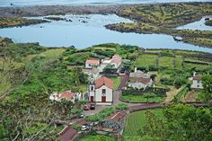 In juni 2014 bezocht Trude Hardeman 5 eilanden van de Azoren. In dit tweede verslag beschrijft ze haar ervaringen over de de eilanden Sao Jorge en Pico. Eilanden waar je je nog echt een ontdekkingsreiziger voelt omdat ze nog weinig zijn ingesteld op toeristen. En waar je camera ogen te kort komt bij het zien van de waanzinnig mooie vergezichten.