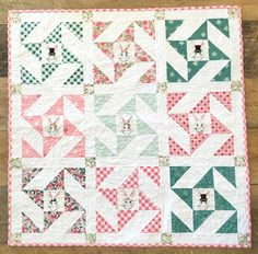 More than 25 free baby quilt patterns and tutorials. Learn how to make a quilt for a baby. Cute and simple baby quilt patterns to make for beginning quilters! Baby Patchwork Quilt, Pinwheel Quilt, Baby Girl Quilts, Girls Quilts, Quilt Baby, Cot Quilt, Patchwork Ideas, Crib Bedding, Bedding Sets