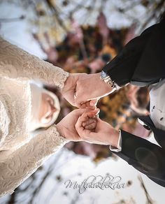 Don't lose a woman that has seen your flaws and still love you. Wedding Picture Poses, Wedding Couple Poses, Pre Wedding Photoshoot, Wedding Couples, Wedding Pictures, Muslim Couple Photography, Wedding Photography Poses, Foto Wedding, Cute Muslim Couples