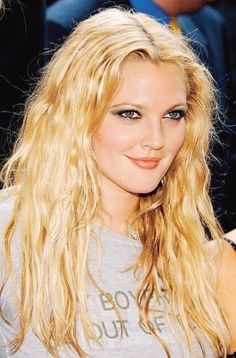 Drew Barrymore at the New York premiere of Charlie's Angels: Full Throttle, 2003 Drew Barrymore 90s, Drew Barrymore Style, Barrymore Family, Drew Barrymore Makeup, Dolores Costello, Pretty People, Beautiful People, 1990 Style, 2000s Style
