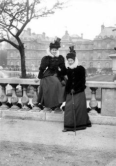 Mode féminine. Paris, Jardin du Luxembourg (Vème arr.), vers 1895. © Ernest Roger / Roger-Viollet