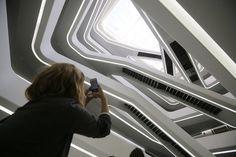 Архитектура здания отличается легкостью, которую создает атриум, — по открытой «парящей» лестнице можно подняться наверх. Что редкость для современных бизнес-центров, во многих из которых есть только пожарные лестницы