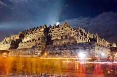 Visão do templo de Borobudur iluminado por lanternas e velas dos monges e devotos budistas durante o  Vesak Day. Magelang, Indonésia, 17 de maio de 2011.