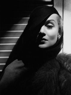 Carole Lombard by George Hurrell (June 1904 – May a photographer who made a significant contribution to the image of glamour presented by Hollywood during the and George Hurrell, Carole Lombard, Old Hollywood Glamour, Vintage Hollywood, Classic Hollywood, Hollywood Style, Hollywood Images, Harlem Renaissance, Film Noir Photography