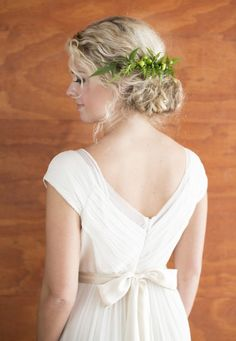 Natural curl wedding up do with clip in greenery for classic black and white wedding ideas. Captured By: Ben Q. Photography #weddingchicks http://www.weddingchicks.com/2014/06/26/black-and-white-wedding-ideas/