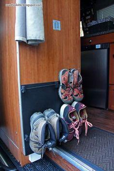 Genial tip para que organices tus zapatos. Aprovecha el espacio con este tip para guardar zapatos. #organizar #zapatos #vestidor
