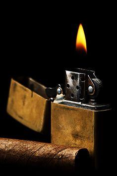 Zippo & Cigar   No bencina noooooooooo nunca arruinar un cigarro con un encendedor  de bencina menos !!!!!!