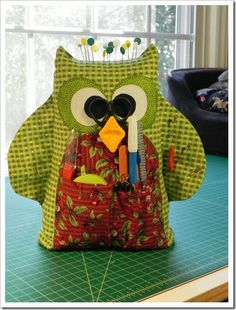 This is cute & funny! (only pictures) owl pin cushion & holds supplies Owl Fabric, Fabric Crafts, Sewing Crafts, Sewing Projects, Family Christmas Gifts, Christmas Crafts, Owl Sewing, Sewing Kit, Quilt Patterns